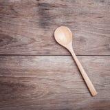 Cuillère en bois sur la vue supérieure en bois de table Photographie stock libre de droits
