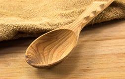 Cuillère en bois sur le conseil image stock