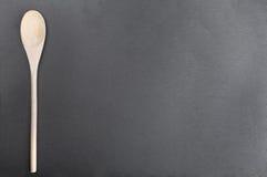 Cuillère en bois sur le tableau noir d'ardoise Images libres de droits