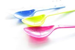 Cuillère en plastique colorée Image libre de droits