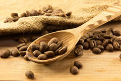 Cuillère et café en bois à bord photo stock