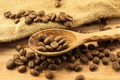 Cuillère et café en bois à bord photographie stock libre de droits