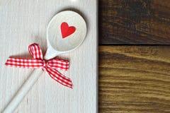 Cuillère et coeur en bois Photographie stock