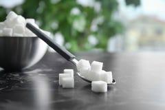 Cuillère et cuvette avec du sucre raffiné photographie stock