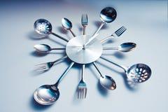 Cuillère et fourchette abstraites de sorcière d'horloge de cuisine Images stock