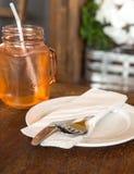 Cuillère et fourchette attachées sur une serviette blanche Images libres de droits
