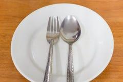 Cuillère et fourchette de la plaque Photos stock
