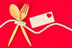 Cuillère et fourchette en bois avec la carte de voeux vierge Image libre de droits