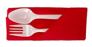 Cuillère et fourchette en plastique sur la serviette - d'isolement Image libre de droits