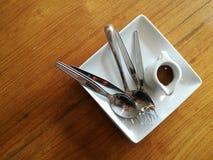 Cuillère et fourchette sur la cuvette Images stock