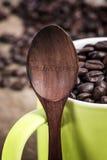 Cuillère et grains de café en bois Photos stock