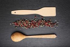 Cuillère et spatule en bois sur l'ardoise, vue supérieure Image libre de droits