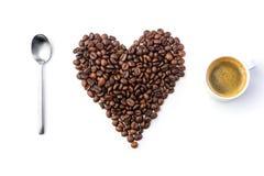 Cuillère, haricots de coffe et tasse de coffe Photos stock