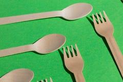 Cuillères blanches et fourchettes se trouvant l'un à côté de l'autre image stock