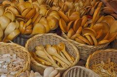 Cuillères en bois au marché d'Otavalo en Equateur Photos stock