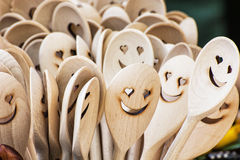 Cuillères en bois découpées, visages iconiques Photos libres de droits