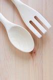 Cuillères en bois et réparation en bois sur couper le fond en bois, vaisselle de cuisine Image stock