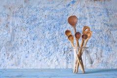 Cuillères en bois, faisant cuire le concept Image libre de droits