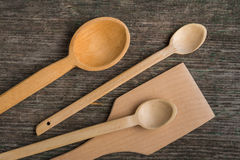 Cuillères en bois faites main sur un conseil en bois, outils de cuisine Images libres de droits