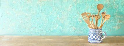 Cuillères en bois rustiques, le bon espace de copie panoramique photographie stock