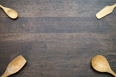 Cuillères en bois sur le fond en bois avec l'espace de copie Photos stock