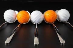 Cuillères et boules de golf Image stock