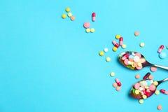 Cuillères et différentes pilules Images libres de droits
