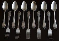 Cuillères et fourchettes de vintage sur un fond foncé Photo stock