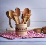 Cuillères et fourchettes en bois dans un récipient en bois Photographie stock