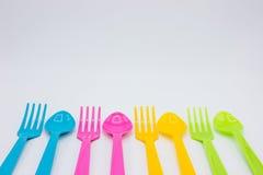Cuillères et fourchettes en plastique colorées Image libre de droits