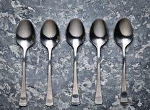 Cuillères et fourchettes sur le fond concret Image stock