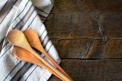 Cuillères et serviette de plat de mélange Images libres de droits