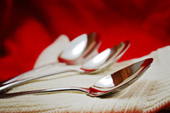 Cuillères sur une table Photo stock