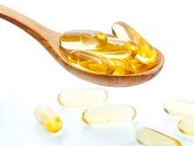 Cuillerée de capsules de gel d'Omega 3 Fermez-vous vers le haut de l'huile de poisson de capsules Images libres de droits