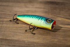 Cuiller, attraits, mouches, attirail pour pêcher ou pêcher un poisson prédateur sur le fond en bois de plate-forme Photos stock