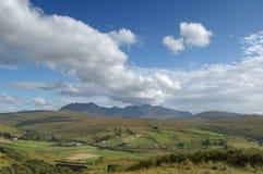 Cuillins und Carbostmore mit großer Wolke Stockbilder