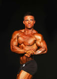 Cuir épais, Tan Bodybuilder Strikes une pose Photos stock