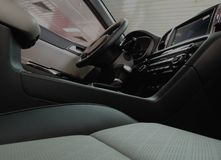 Cuir contre le similicuir dans le règlage intérieur de voiture Photos stock