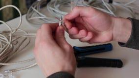 Cuir embouti d'homme des fils de câblage banque de vidéos