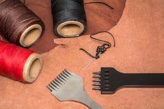 Cuir naturel, outils pour créer des produits et des bobines des fils de cire Images stock
