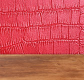 Cuir rouge avec le fond carré avec le panneau de table en bois Photo stock