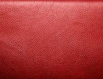 Cuir rouge froissé par doux. Texture ou fond Image libre de droits
