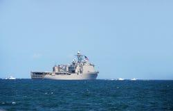 Cuirassé de marine à l'extérieur en mer Photographie stock libre de droits