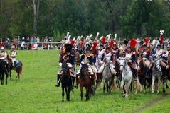 Cuirassiers på Borodino slåss historisk reenactment i Ryssland Royaltyfri Bild