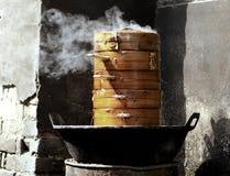 Cuire la nourriture à la vapeur Photos stock