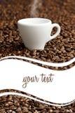 Cuire la tasse et les grains de café à la vapeur photo libre de droits