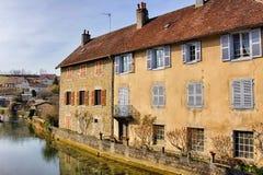 Cuisance flod med gamla hus i Arbois Arkivfoton