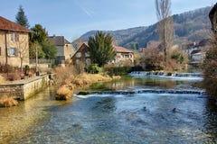Cuisance-Fluss in Arbois Lizenzfreie Stockfotos