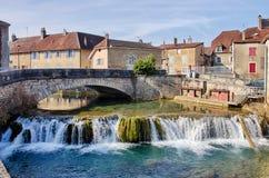 Cuisance-Fluss mit Steinbrücke in Arbois Lizenzfreie Stockfotos