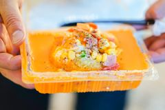 Cuisant la pomme de terre à la vapeur avec du fromage de sauce autour dans la boîte en plastique à nourriture, merci photo stock